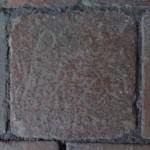 Bodentonplatte mit Zeichen