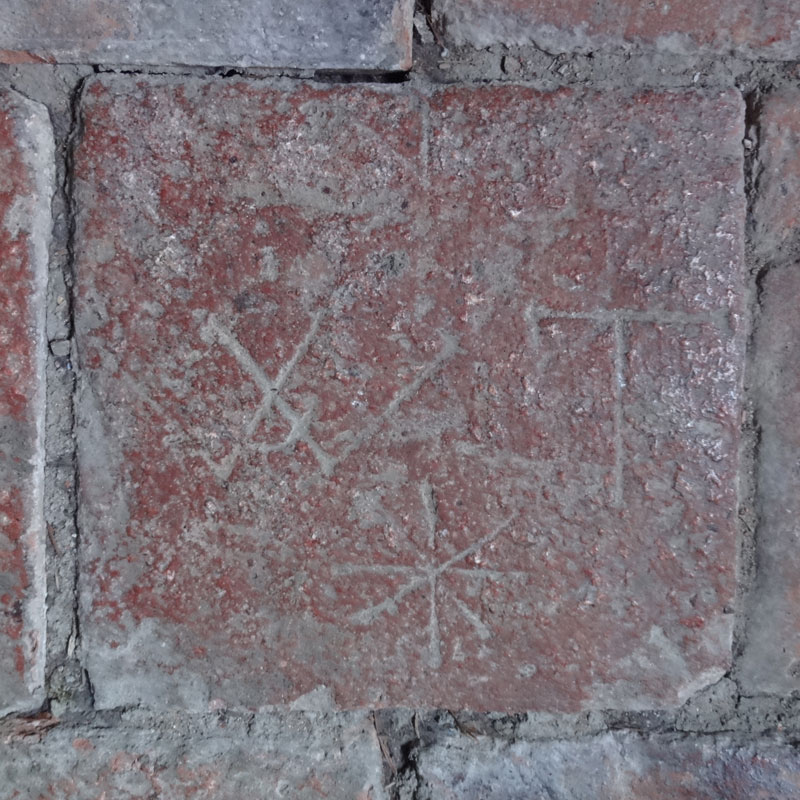 Tonplatte mit Zeichen W, T und Achtstern