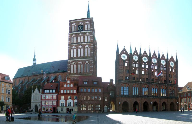 Alter Markt in Stralsund. St. Nikolai Kirche und Rathaus