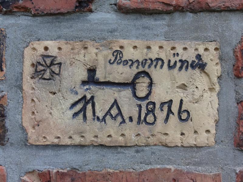 Ziegel mit der Jahreszahl 1876. Prägung Schlüssel